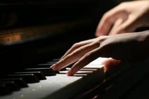 persona tocando un piano