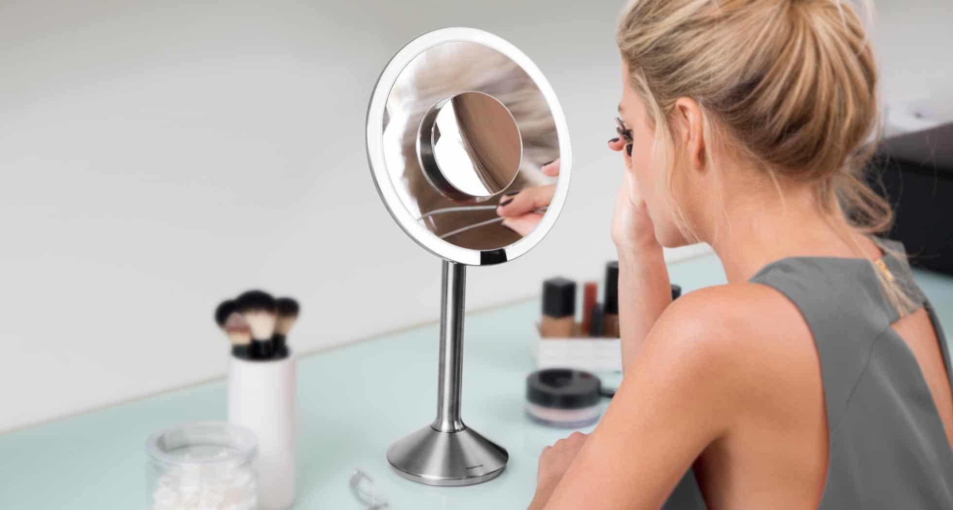 mujer usando un espejo de aumento