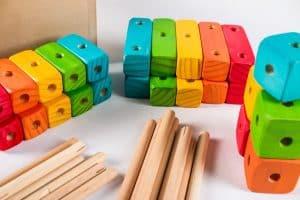 piezas de un jueguete de madera