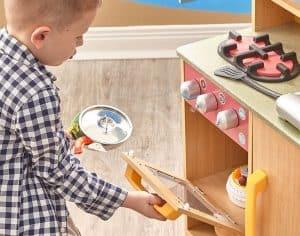 niño con una cocina de madera