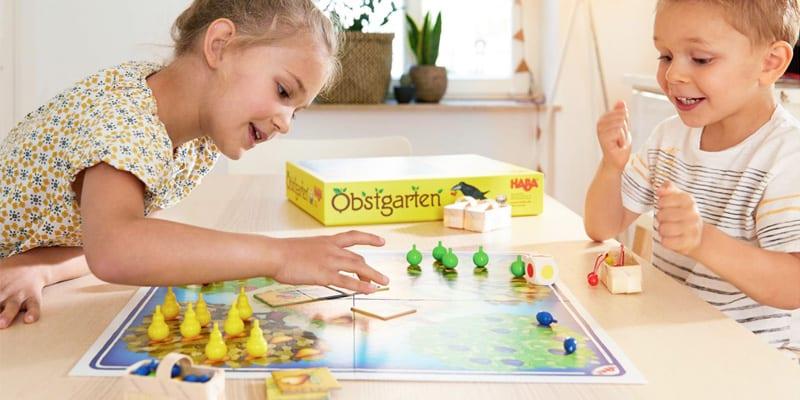 niños jugando a un juego de mesa para niños