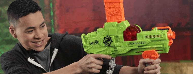 chico con pistola NERF