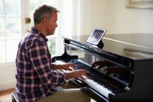 hombre tocando un piano