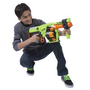 chico jugando con una pistola NERF
