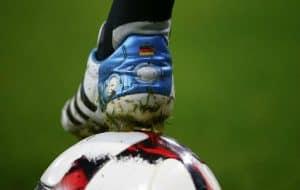 zapatillas de fútbol y balón