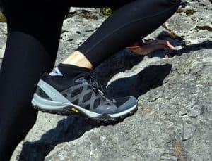 persona usando zapatillas de senderismo