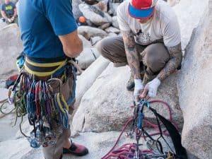 personas con arneses de escalada